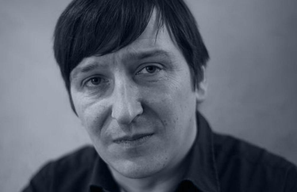 <p>Adrian Kasnitz, geb. 1974 an der Ostsee, aufgewachsen in den westfälischen Bergen, lebt in Köln. Zuletzt erschienen von ihm die Gedichtbände <em>Sag Bonjour aus Prinzip</em> (Corvinus Presse 2013) und <em>Schrumpfende Städte</em> (Luxbooks 2011) sowie der Roman <em>Wodka und Oliven</em> (Ch. Schroer 2012).<br /> Foto © Dirk Skiba</p>