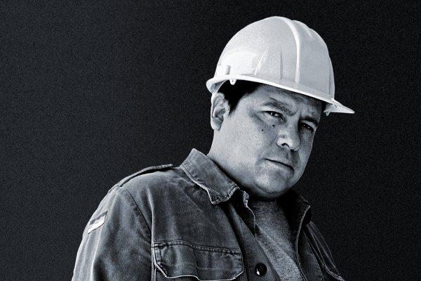 <p>Julian Herbert, geboren 1971 in Acapulco, hat mittlerweile sechs Lyrikbände, zwei Erzählbände sowie zwei Romane veröffentlicht. Julian Herbert war Herausgeber mehrerer Anthologien, hat mit Videopoetry und Performances gearbeitet und Stipendien und Preise gewonnen – den spanischen »Premio Jaén de Novela« 2011 und zuletzt den »Elena Poniatowska Preis«. Er war Gast vieler nationaler und internationaler Literaturfestivals, unter anderem des »Poesiefestival Berlin« 2009. Er lebt heute in Saltillo, Coahuilla, Mexiko.</p> <p>Foto: © Hans Praefke</p>