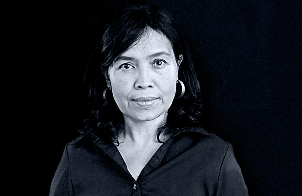 <p>Dorothea Rosa Herliany, geboren 1963 in Magelang, Zentral Java, ist Indonesiens renommierteste Dichterin der Gegenwart. 20 Bücher, darunter neben Gedichtbänden auch Kinderbücher und Prosabände, hat sie bisher veröffentlicht. Zehn Jahre lang führte sie den Belletristik-Verlag IndonesiaTera.<br /> Für ihre Gedichte Auszeichnungen für ihr Schreiben, u. a. Best Book of Poetry (Jakarta Arts Council), Best Author (National Language Center) und den Khatulistiwa Literary Award sowie den Cempaka Award. Als Writer-In-Residence war sie bereits in Australien, Deutschland und den Niederlanden.<br /> Ein Teil der Übersetzungen des Bandes Hochzeit der Messer entstand im Rahmen ihres DAAD-Aufenthaltes in Berlin 2014.<br /> Foto © Hans Praefke</p>