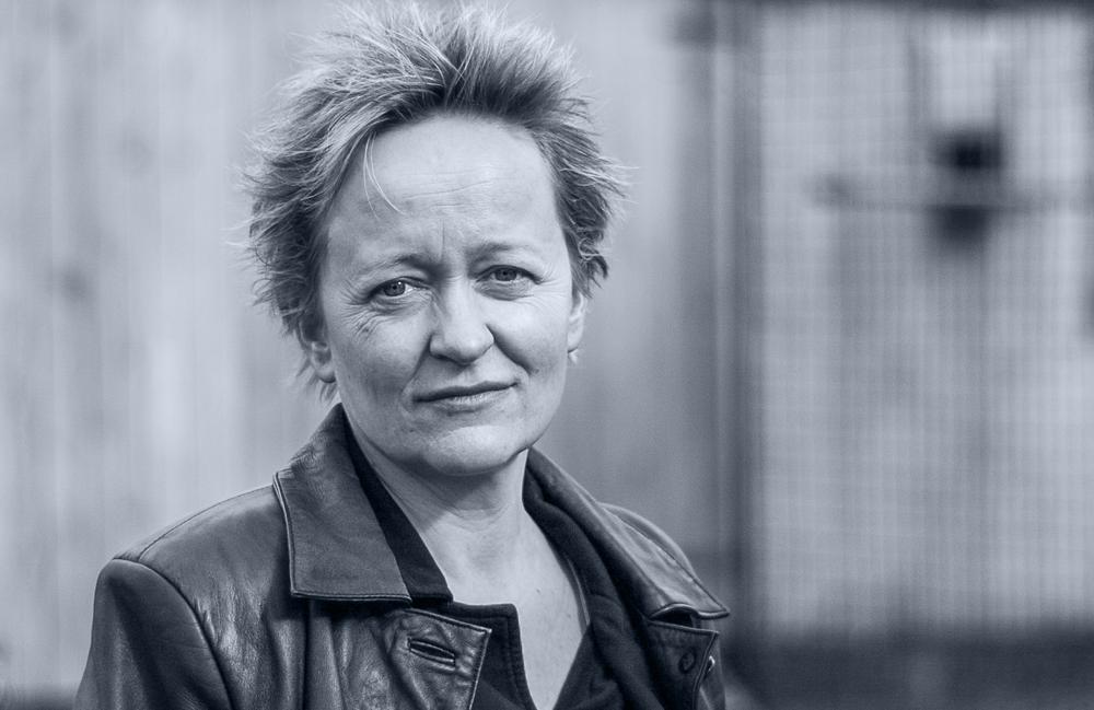 <p>Kerstin Becker, geboren 1969 in Moosheim (Sachsen), war Schriftsetzerin, Friedhofsgärtnerin, Erntehelferin und Kellnerin. Heute lebt sie als freie Autorin und Lektorin in Dresden. Ihr Debüt »Fasernackte Verse« erschien 2012 bei fixpoetry.</p> <p>2013 wurde sie mit dem 2. Preis des Irseer Pegasus und dem 2. Preis des Münchner Lyrikpreises ausgezeichnet. 2014 war sie Finalistin beim Lyrikpreis Meran und dem Dresdner Lyrikpreis. Gedichte aus »Biestmilch« wurden für Rundfunk und Literaturzeitschriften ins Tschechische übertragen.</p>