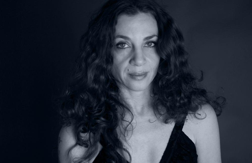 <p>Tal Nitzán, ist eine der wichtigsten israelischen Dichterinnen der Gegenwart. Bislang erschienen fünf Gedichtbände, die u. a. ins Englische, Italienische, Portugiesische und Französische übertragen wurden. Für ihre Arbeit wurde sie u. a. mit dem <em>Ministry of Culture Prize,</em> dem israelischen <em>Publishers Association Prize,</em> dem <em>ACUM Prize</em> und dem <em>Prime Minister's Award for Writers</em> ausgezeichnet. Tal Nitzán ist ebenfalls eine der renommiertesten Übersetzerinnen spanischer Literatur ins Hebräische: Über 80 Bücher, Lyrik wie Prosa, hat sie übersetzt, und ist für ihre Übersetzungen vielfach international ausgezeichnet worden. Neben ihrer Arbeit als Dichterin und Übersetzerin ist Tal Nitzán eine politische Aktivistin und hat mit der von ihr herausgegebenen Anthologie <em>With an Iron Pen</em> (2009) einer Generation israelischer Dichterinnen und Dichter ein Forum für politisches Schreiben eröffnet, das im In- und Ausland großen Widerhall fand und findet. Tal Nitzáns Band <em>Zu Deiner Frage</em><br /> Foto © Iris Nesher</p>