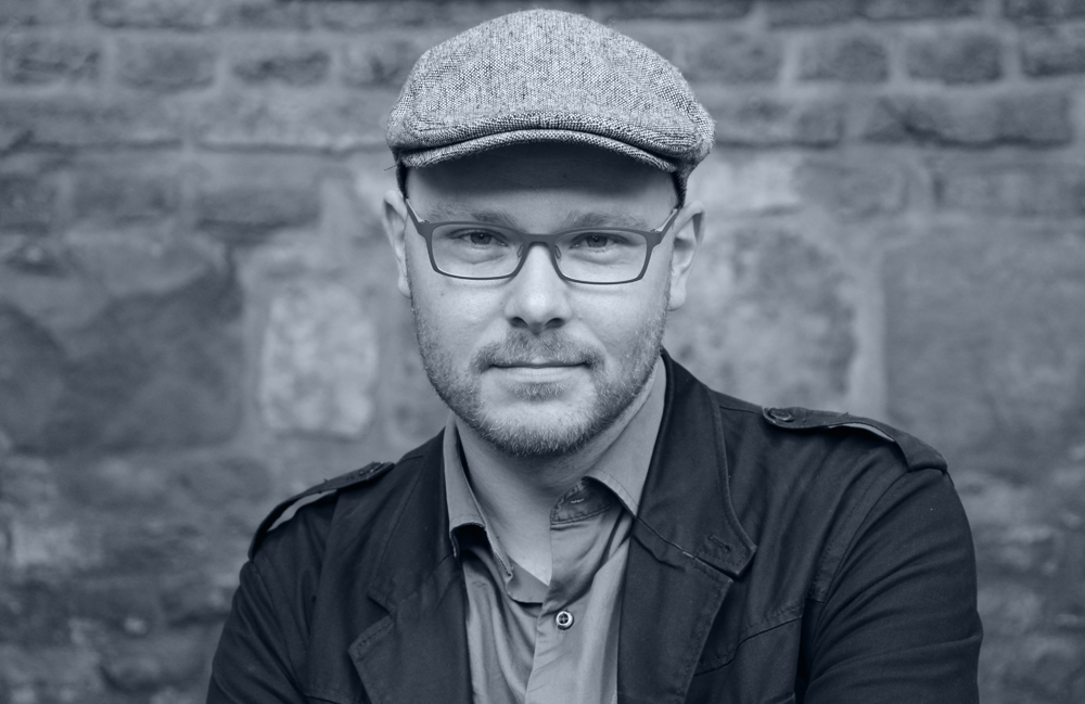 """<p>Christoph Wenzel wurde 1979 im westfälischen Hamm geboren und wuchs dort auf. Er studierte Germanistik und Anglistik an der RWTH Aachen und wurde dort promoviert. Er arbeitet als Autor, Herausgeber und Universitätsangestellter in Aachen. Er ist Mitbegründer und -herausgeber der Literaturzeitschrift [SIC], betreibt gemeinsam mit Daniel Ketteler den [SIC] – Literaturverlag und schreibt Lyrik und Essays, die in zahlreichen Zeitschriften und Anthologien veröffentlicht sind. 2005 erschien sein Lyrikdebüt """"zeit aus der karte"""" (Rimbaud Verlag), 2010 erschien der Band """"tagebrüche"""" im yedermann Verlag und 2012 der Band """"weg vom fenster"""" in der Edition Haus Nottbeck. Im Oktober 2015 erscheint der Band """"lidschluss"""" in der Edition Korrespondenzen. Für seine Gedichte erhielt er verschiedene literarische Stipendien und Preise, zuletzt den Alfred-Gruber-Preis beim Lyrikpreis Meran (2012), den Literaturpreis der GWK (2012), das Rolf-Dieter-Brinkmann-Stipendium der Stadt Köln (2013) sowie den Förderpreis des Landes NRW (2014).</p> <p>Foto © Sebastian Dreher</p>"""