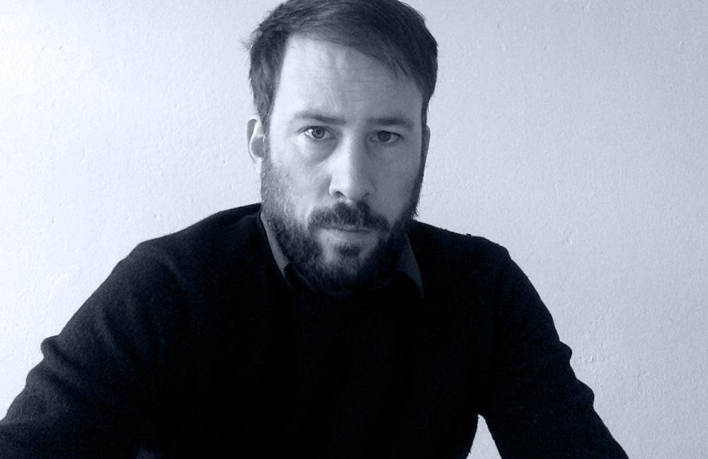 <p>Daniel Falb, geboren 1977 in Kassel, lebt seit 1998 in Berlin, wo er u.a. Philosophie, Soziologie und Politische Wissenschaftenstudiert, und im Fach Philosophie zum Begriff der Kollektivität promoviert hat. Neben Veröffentlichungen in Zeitschriften und Anthologien, darunter <em>EDIT</em>, <em>Zwischen den Zeilen</em> und <em>Lyrik von JETZT</em>, liegen drei eigenständige Gedichtbände vor.</p> <p>Für seine Gedichte erhielt Falb 2001 den Literaturpreis Prenzlauer Berg. Sein Lyrikdebüt die<em> räumung dieser parks</em> (kookbooks, 2005) wurde mit dem mit Lyrikdebütpreis 2005 von Kunst:Raum Sylt-Quelle und Literarischem Colloquium Berlin (LCB) ausgezeichnet.</p>