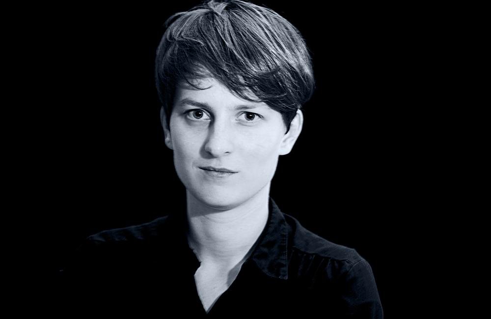 <p>Anna Hetzer, geboren 1986, lebt in Berlin und studierte Medizin, Philosophie und Literatur in Berlin, Paris und London.</p> <p>Sie veröffentlichte in Zeitschriften und Anthologien, u.a. in <em>Belletristik. Zeitschrift für Literatur und Illustration,</em> <em>metamorphosen, poet</em> und <em>Lyrik von Jetzt 3. </em></p> <p>Anna Hetzer ist Mitglied des Berliner Lyrikkollektivs <em>g13.</em></p>