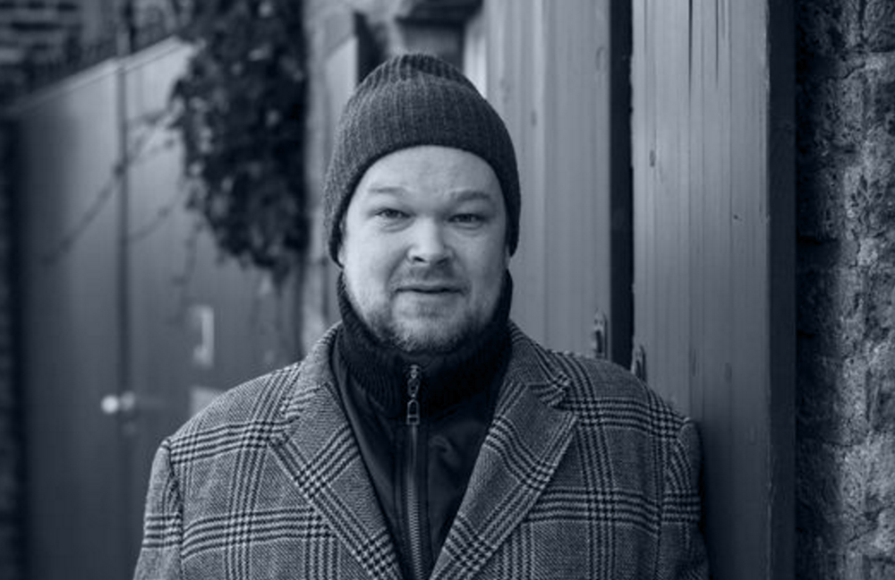 <p>Thorsten Krämer, geboren 1971, lebt in Köln. Freier Autor und Gestalttherapeut. Mehrere Einzelveröffentlichungen, darunter <em>Neue Musik aus Japan</em> (1999), <em>Der graue Cardigan</em> (2011) und zuletzt <em>Die Veränderung</em> (2015). Zur Buchmesse Leipzig erscheint die Gedichtsammlung <em>The Democratic Forest</em> bei Brueterich Press.</p> <p>Für seine literarische Arbeit wurde er unter anderem mit dem Rolf-Dieter-Brinkmann-Stipendium der Stadt Köln ausgezeichnet, zuletzt war er 2012 Preisträger beim postpoetry-Wettbewerb.<br /> Foto © Dirk Skiba</p>